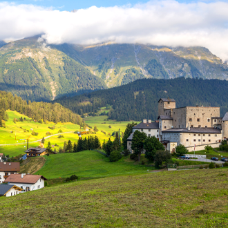 Naudersberg-kasteel-in-Nauders-Tirol-Oostenrijk