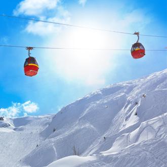 Skiliften en besneeuwde bergen in Kaprun, Oostenrijk