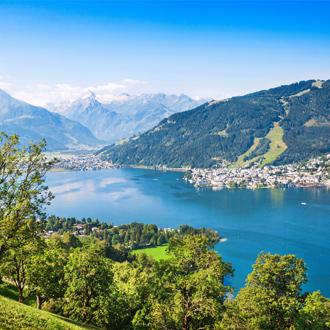 Foto van het landschap met Alpen en het Zeller meer