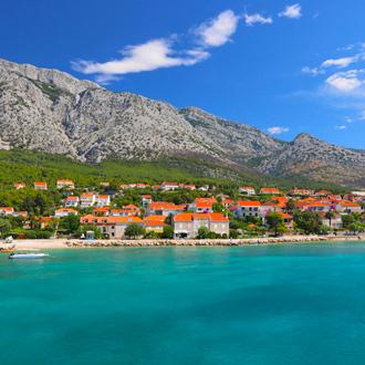 Landschap en huisjes met oranje daken in Orebic op het schiereiland Peljesac in Zuid Dalmatie
