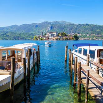 Het Orta meer bij San Giulio in Piemonte, Italië
