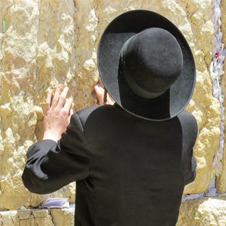 Orthodoxe jood bij de klaagmuur in Jeruzalem