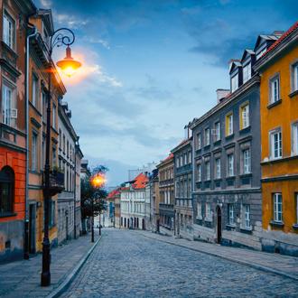 Oude stadsstraat bij schemer in Warschau, Polen