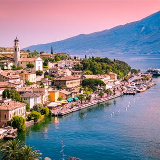 Panorama van Limone sul Garda, een stadje aan het Gardameer, Italië