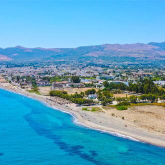 Panoramische luchtfoto van de Lambi kustlijn in Kos, Griekenland
