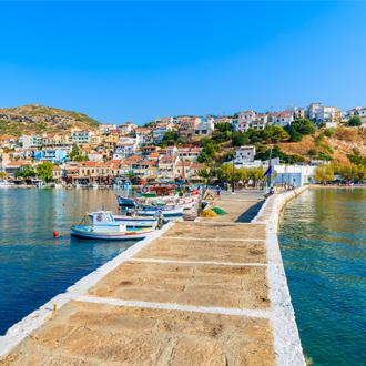 Pier in de haven van Pythagorion met vissersboten in de verte