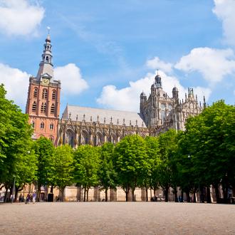 Plein in Den Bosch met de St Jans kathedraal op de achtergrond Nederland