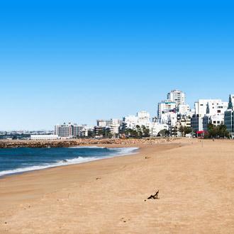 Het zandstrand en de zee in de Algarve