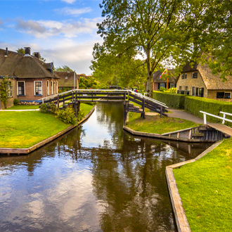 Prachtig-uitzicht-op-een-van-de-vele-kanaaltjes-in-het-mooie-dorp-Giethoorn-Nederland