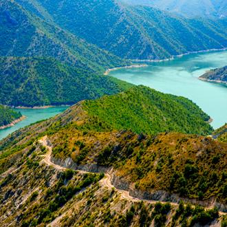Prachtige bergen en het Kozjak meer dichtbij Skopje, Macedonie
