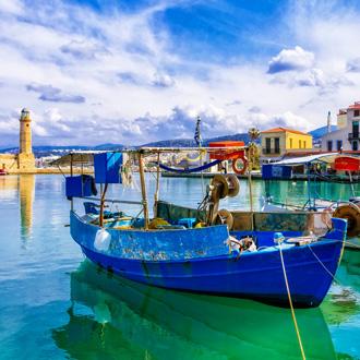 Rethymno pier met vissersbootjes en de vuurtoren op Kreta, Griekenland