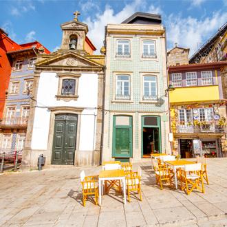 Ribeira promenade met mooie gebouwen en Lada chappel, in Porto, Portugal
