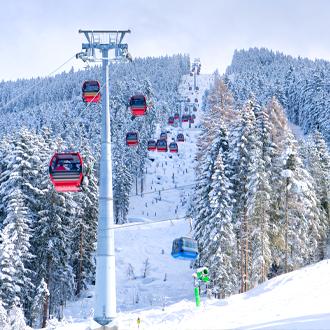 Rode en blauwe skiliften in het skigebied van Mayrhofen Tirol Oostenrijk
