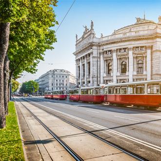 Rode tram in Wiener Ringstrasse Wenen Oostenrijk