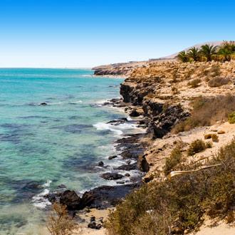 Rotsachtige kust met zee Costa Calma, Fuerteventura