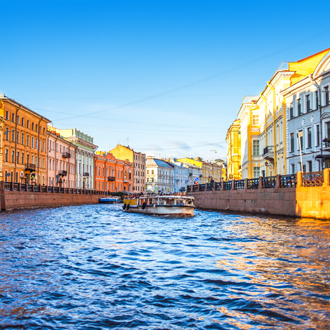 De Mojka rivier met uitzicht op gekleurde gebouwen in Sint-Petersburg