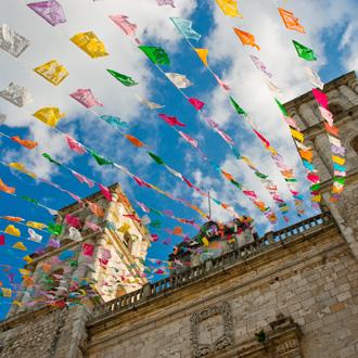 San Servacio met gekleurde vlaggetjes in Mexico