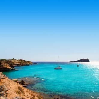 Cala Conta Conmte San Antonio blauwe zee en strand