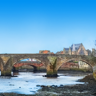 Uitzicht op een brug in Schotland