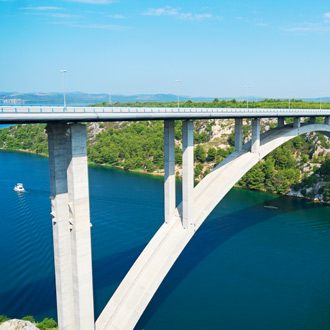 Foto van de Sibenik brug over de rivier Krka