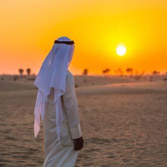 Sjeikh bij zonsondergang in de Verenigde Arabische Emiraten