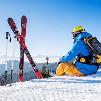 Skïer op top van de berg bij Zell am See