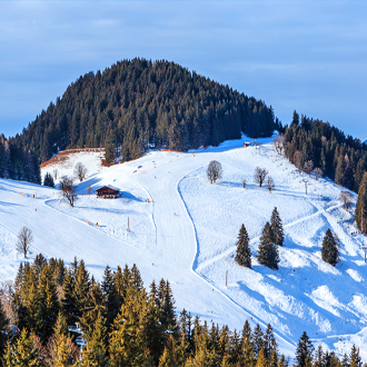 Skigebied met skiliften in Soll, Tirol, Oostenrijk