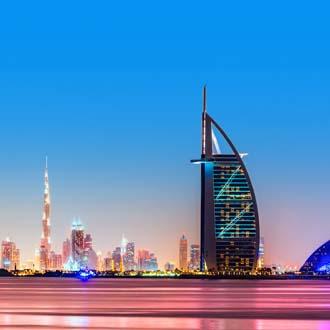 Skyline van Dubai met zonsondergang Burj Al Arab