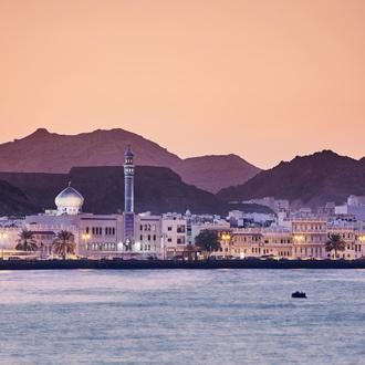 Skyline van Muscat in de nacht in Oman