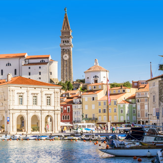 Binnenstad van Piran met gekleurde gebouwen en boten