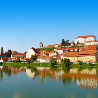 Uitzicht op een rivier en huizen in de stad Ptuj