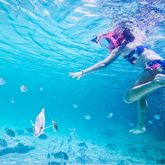 Kind dat aan het snorkelen is bij Cayo Santa Maria