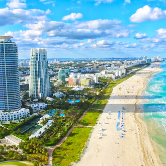 Uitzicht op het strand van South Beach Miami met daarachter vele hotels