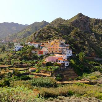 Kleurrijke huisjes in Vallehermoso dorp en vallei op het eiland La Gomera