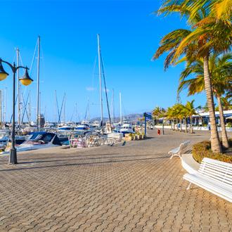 Boulevard Jachthaven met boten en een blauwe lucht in Puerto Calero in Lanzarote