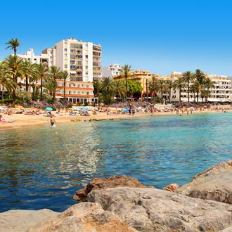 Het strand en helderblauw water in Figueretas