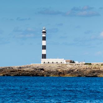 Vuurtoren op het strand van Cala en Bosch op Menorca