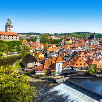 De stad Cesky Krumlov met huizen met oranje daken in Tsjechië