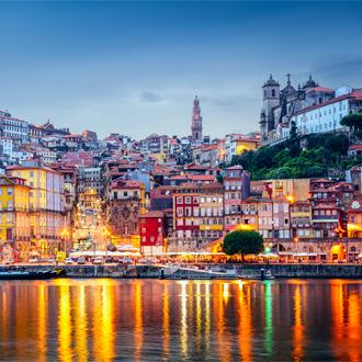 Stadsbeeld in de avond over de rivier de Douro, Porto, Portugal