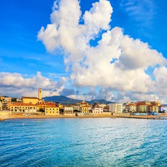 Stadsuitzicht van San Vincenzo in Toscane, Italie
