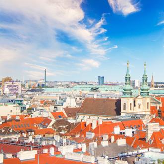Stadsuitzicht van Wenen met huizen en oranje daken in Oostenrijk