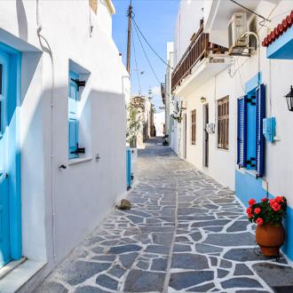 Een pittoreske straat met witte huizen en blauw schilderwerk op Naxos, Griekenland