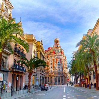 Straat met palmbomen in Valencia, Spanje