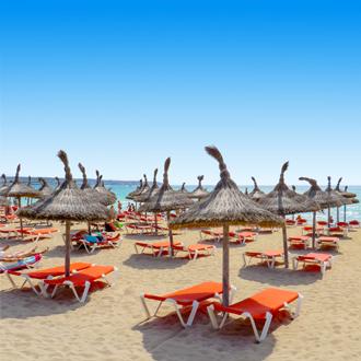 Ligbedden & parasols op het strand van El Arenal, Mallorca