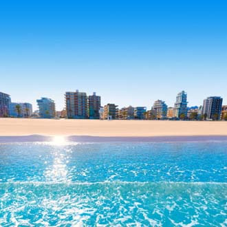 Strand en zee met boulevard in Valencia