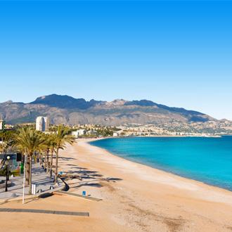 Zandstrand en blauwe zee in Alicante