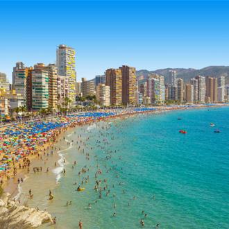 Stand en zee met mensen en gebouwen in Alicante