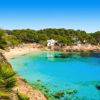 Het zandstrand van Cala Gat en helderblauw zeewater in de Spaanse badplaats Cala Ratjada