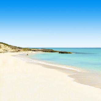 Wit zandstrand met blauwe zee Cayo Santa Maria