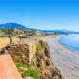 Boulevard en strand van Estepona in Spanje